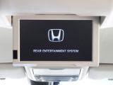 リア席モニター装備!ナビゲーションと組み合わせることで、走行中でも後席では地上デジタルTV放送やDVDビデオなどの映像も楽しめます。