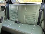 この車輌のシートは、レザーに痛みやシートのヘタリも少なく、とても良い状態を保っています。 通常のインジェクション車の黒いシートと比較すると、雰囲気が全く違います。