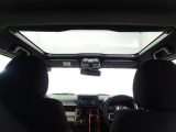 前席の頭上に大きく広がるガラスルーフ★圧迫感のある室内が開放感のある空間に★紫外線を減らすスーパーUVカット機能や、開閉できるシェードも付いていて、いつでも快適なドライブを楽しめます!