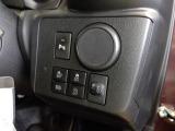 運転席右側のスイッチパネル。コーナーセンサー、アイドリングストップ等のスイッチがあります。