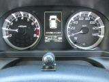 速度計とタコメーターが左右に配置された、見やすいメーターパネルです。
