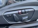 118i M-Sportの標準装備である運転席シートはシートポジションメモリー機能付きの電動シートです。