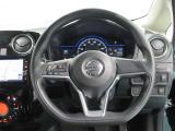 D型のハンドルは乗降性を優位にし。ハンドルに付いているボタンでオーディオ操作ができます。
