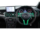 内装においても、AMGパフォーマンスシート&ステアリング、カーボントリム等の採用によって、乗り込んだ瞬間から特別なモデルであることを実感させてくれる一台となっています。