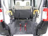 車椅子乗車の際は後席を折りたたみます。車椅子昇降用の電動ウインチと車椅子固縛用のベルト、車椅子の方のシートベルトなどが装備されています。