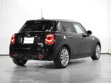 MINI自動車保険はフロントガラスとドアミラーを補償するMINI EXTRA CAREが無償付帯 ロードサービスのレッカー搬送距離無制限など特典有り。