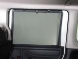 リアドアには【スクリーンサンシェード】が装備されています。日差しを和らげ、プライバシーの保護にも役立ちます。後部座席にお子様を乗車させるときも、ゆっくりお昼寝できます♪