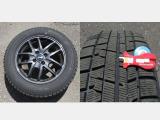 冬タイヤには、アルミホィールが装着されて、残量は約7mmです。