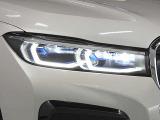 BMWレーザーヘッドライト/従来のLEDヘッドライトと比べ、最長約2倍の距離を照射可能。夜間運転の安全性が向上します。