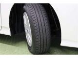 タイヤサイズ 195/65R15 個性的なデザインの純正アルミホイールを装着しています。