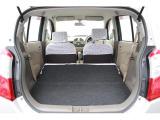 後部座席を折りたたむと大きめの荷物を積めるスペースになりますよ。