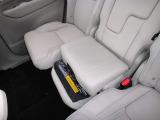 2列目中央席の座面を上昇させることにより、お子様が適切な位置でシートベルトを装着することができます。