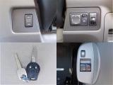 左上:オートステップスイッチ、右上:電動ミラーやヘッドライト高さ調整スイッチ、左下:キーレス、右下:パワーウィンドウスイッチ