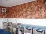 壁面はレンガ調の壁紙になっています!