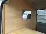 バンタイプのキッチンカーの必須装備、運転席部分との仕切り板も装備しています!!