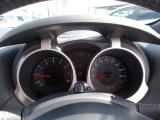 バイクの計器をイメージさせるメーターとメーターバイザー。白色照明で見やすいファインビジョンメーターを採用。