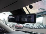 スマート・ルームミラー。ルームミラーに、リヤカメラの車両後方映像を表示。世界初の新技術で、荷物や人で見えづらかった後方視界がクリアに!
