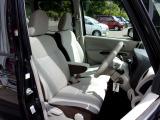 運転席&助手席   運転席にはシートリフター(高さ調整機能)付きなので身長に関係なく運転しやすいポジションがとれます。 中央部にはアームレスト(肘掛)を装備。