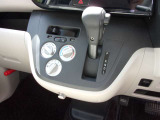 空調スイッチは使いやすい形状です。 下部には便利な買い物フックを装備。