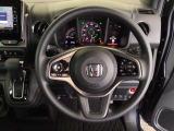 ハンドルの右側にあるボタンが高速クルーズコントロールです。アクセルペダルを踏まずに設定速度をキープ。高速道路でのドライブがラクに。また、左にオーディオリモコンスイッチがあります。