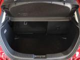 大きな荷物を積みたい時、奥行きが必要な時は、リヤシートを倒してお使い頂くとフラットな奥行きが広がり、とても使い勝手が良いです!