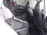 〔後席スペース〕後席頭上のクリアランスも大きく後席も快適なスペースが確保されております。