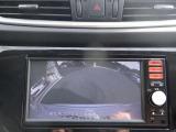 〔バックカメラ〕ギアをバックに入れると画面に自動的に後方映像が映し出され確認可能です。車庫入れなどの際に安全確認が出来て安心ですね。