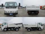 三転ダンプトラックは、荷台に土や砂をのせて運ぶダンプカーの一種です。