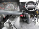 運転席のダンプ切換えレバーをセットするだけで、左右にも後ろにもダンプできます。
