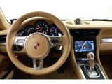 ポルシェらしい高級感のあるステリングは、握っただけでドライバーの心を熱くさせます。