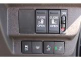 両側電動スライドドアになっており、ワンタッチでドアの開閉が出来ます。狭い駐車場等で隣の車等に気を使わずに乗り降りが可能です。勿論リモコン付です。