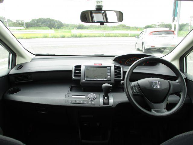 こちらの車はタイミングチェーンを採用しております。ベルトと違ってチェーンなので耐久性が高く、10万キロで交換する必要がありません。