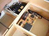 サブバッテリー、コンバーター、走行充電など電装品が収納されています。